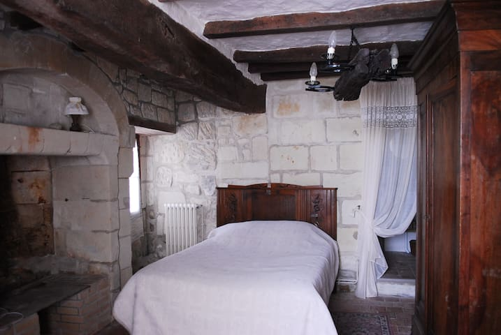 1 Tuffeau Stone bedroom - Coutures