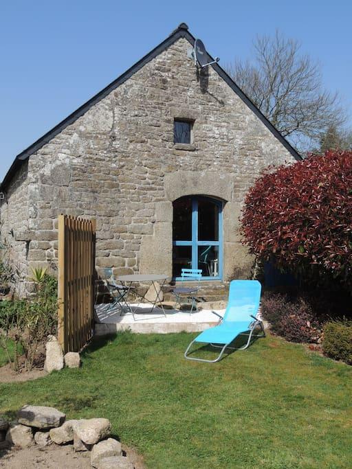 La terrasse avec salon de jardin et BBQ.