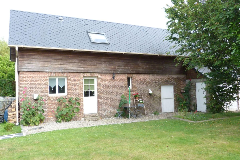 logement indépendant comprenant 1 chambre double à l'étage, une petite cuisine, un cabinet de toilette avec douche et des toilettes au rez de chaussée. (exposition sud ouest)