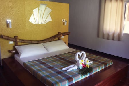 King size bed, high ceiling fan, good water pressure and hot and cold shower, satellite tv channels, free wifi and breakfast.