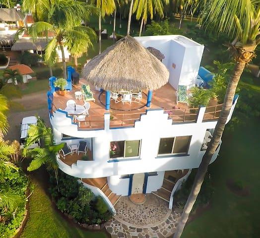 Villa Palmas, Roomy Tropical Garden Escape.