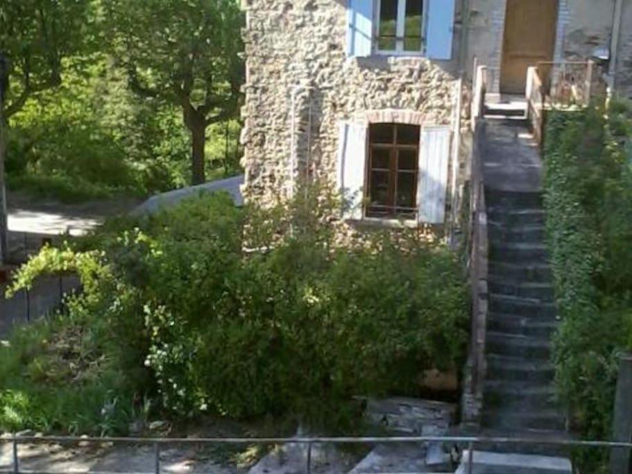 derrière la haie de verdure la terrasse