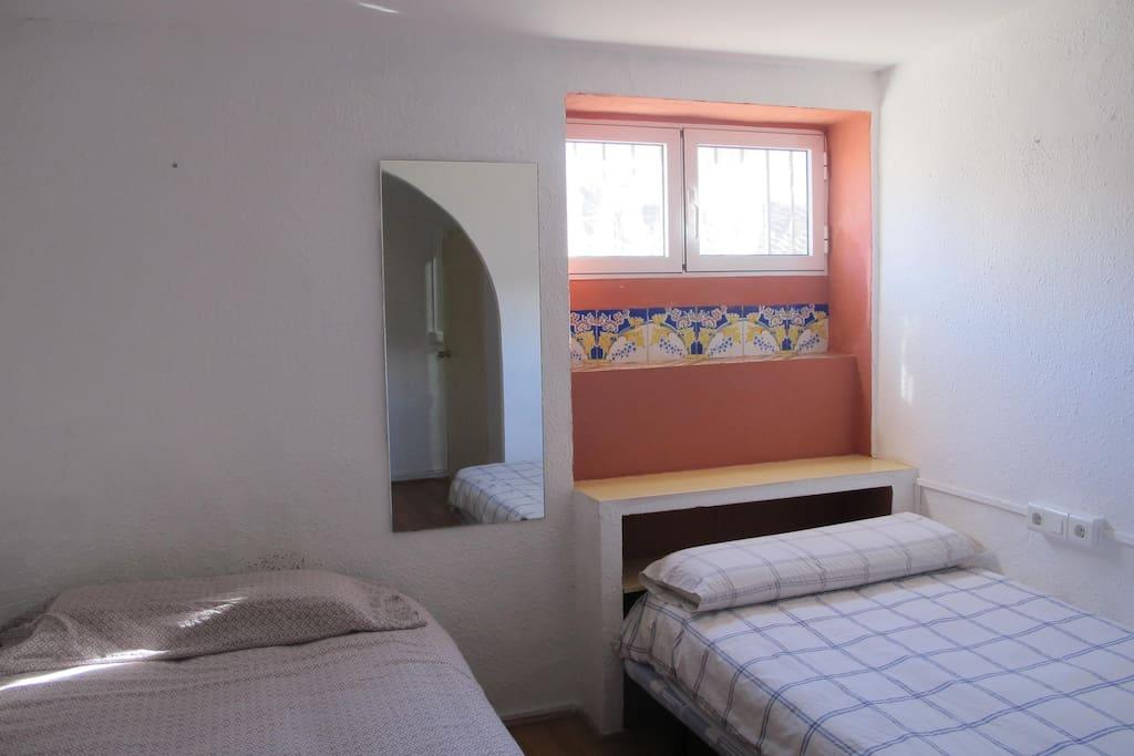 2 camas: 1,10x1.90cm. Lámparas. Espejos. Armario ropero. Estanteria.