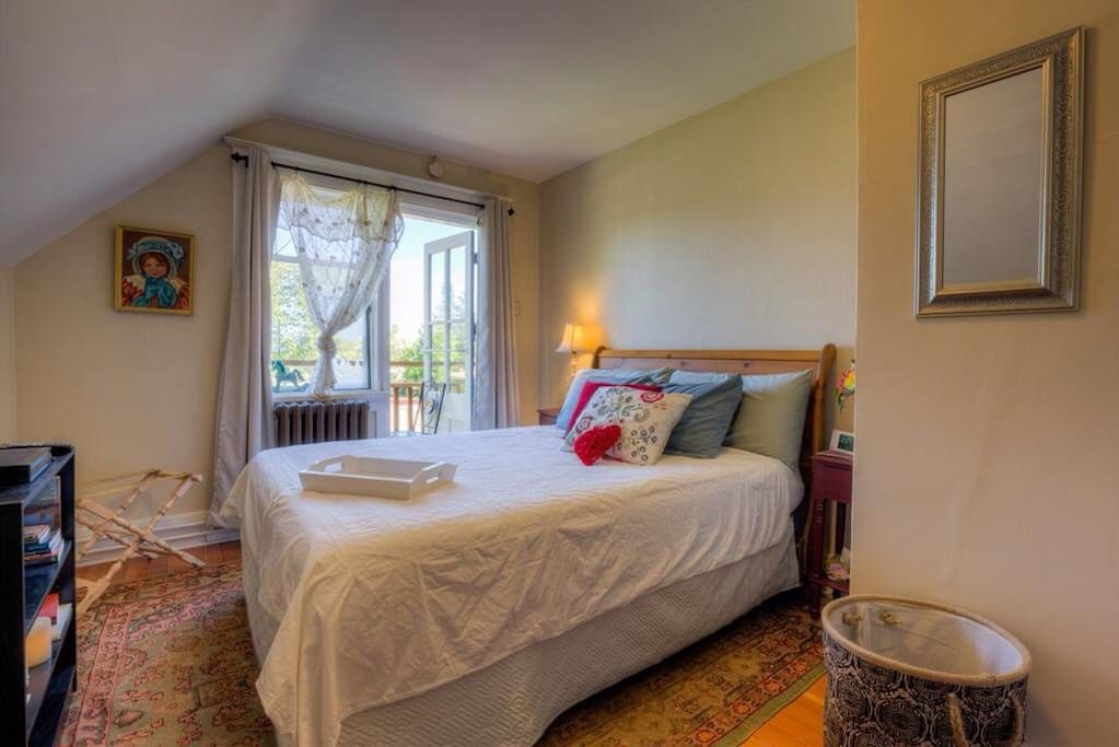 Chemainus Room - features a balcony with bistro table and chairs
