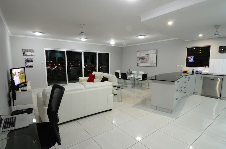 SPACIOUS 3 BED 2 BATH AIR CONDITIONED APARTMENT - Darwin City - Apartment