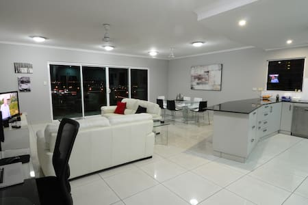 SPACIOUS 3 BED 2 BATH AIR CONDITIONED APARTMENT - Darwin City - Apartmen