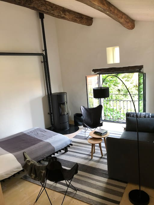 Schlaf-/Wohnzimmer mit Ofen