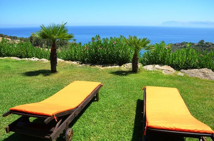 Casa panoramica con giardino curato e vista mare