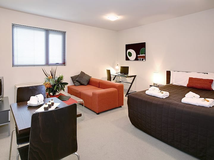 Swanston St -  spacious, fully equiped studio. 2