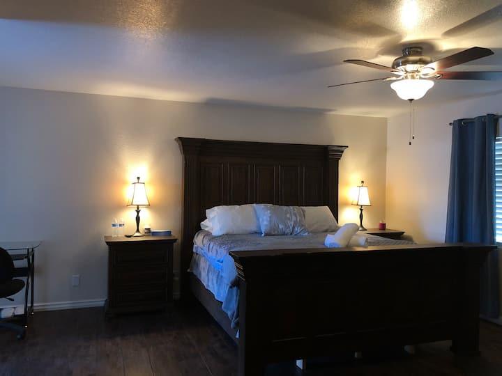 Scottsdale-Master Room-Pool-Shopping-Golf-FreeBrk