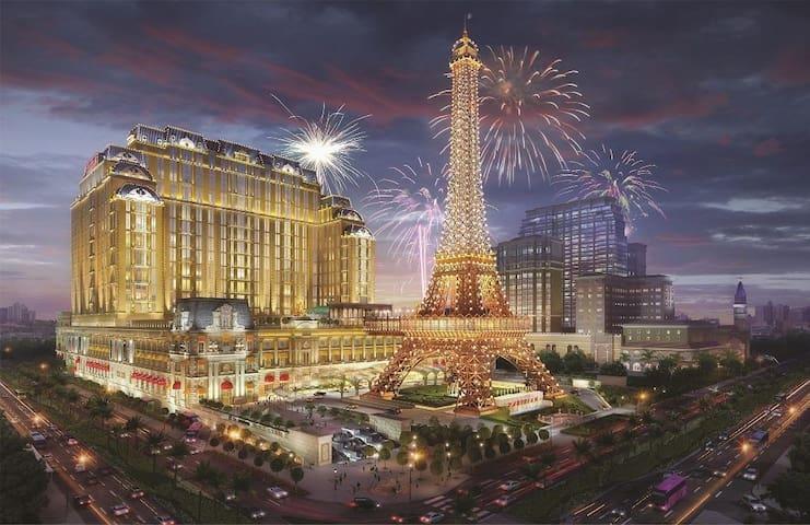 这是位于银河娱乐场旁边新开的澳门巴黎人酒店,登高望远,让你在澳门感受巴黎塔的魅力,拥有美丽的心情。
