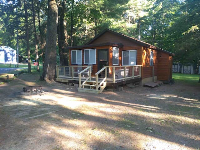 Newly remodeled! Cozy cabin on Grindstone Lake.