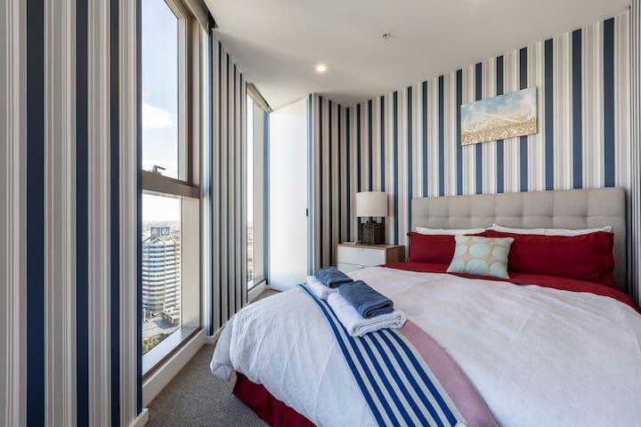 Queen-sized bed with best luxury mattress, ultra soft cotton sets of bedding(全新双层床垫及床垫保护套)