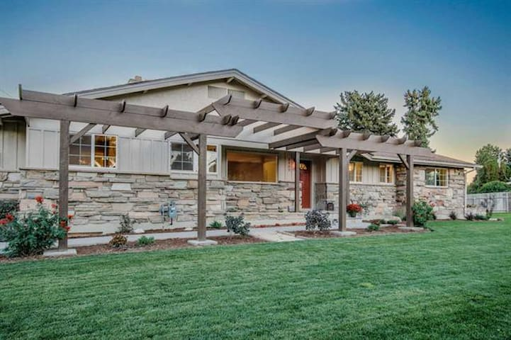 Mid-century modern home near lake and wineries