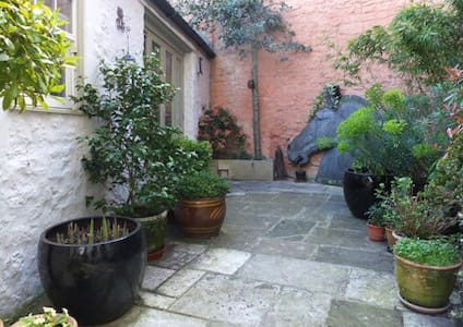 separate courtyard annexe in Calne - Calne - House