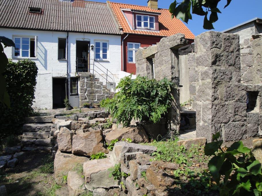 Huset fra have siden med massere af granit