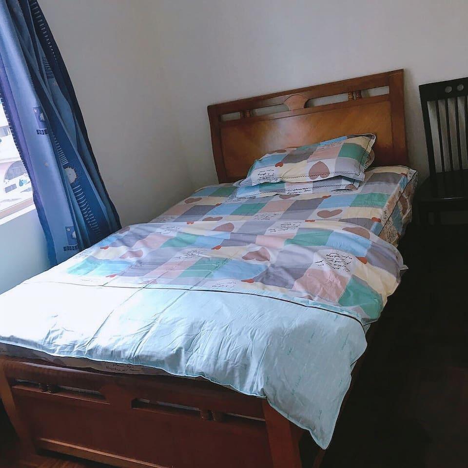 房間裡有一窗 一床 一個衣櫃。同樣是不帶獨立浴室的房間 需和另一間房共享