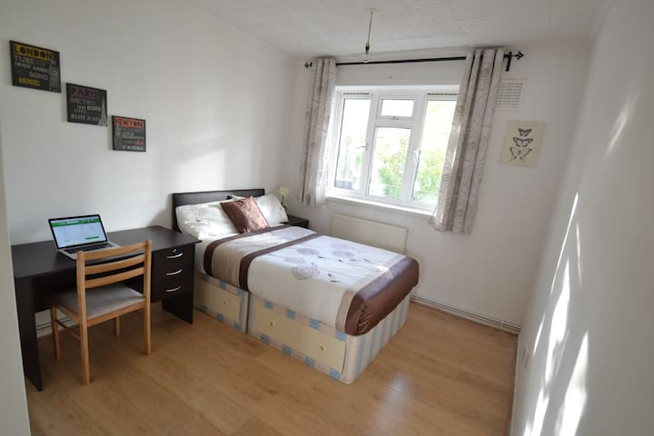Bright Double Room In Portobello Road (A)