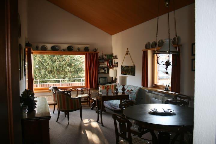 accogliente soggiorno arredato con mobili d'epoca