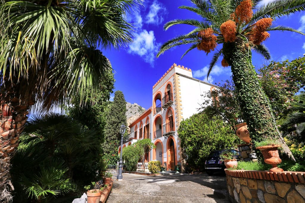 Villa Caterina - Main entrance. Sephora is the apartment at the second and last floor