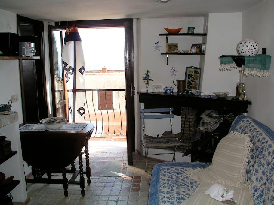 soggiorno, caminetto e balcone