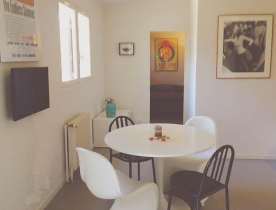 salon salle à manger avec TV au mur.