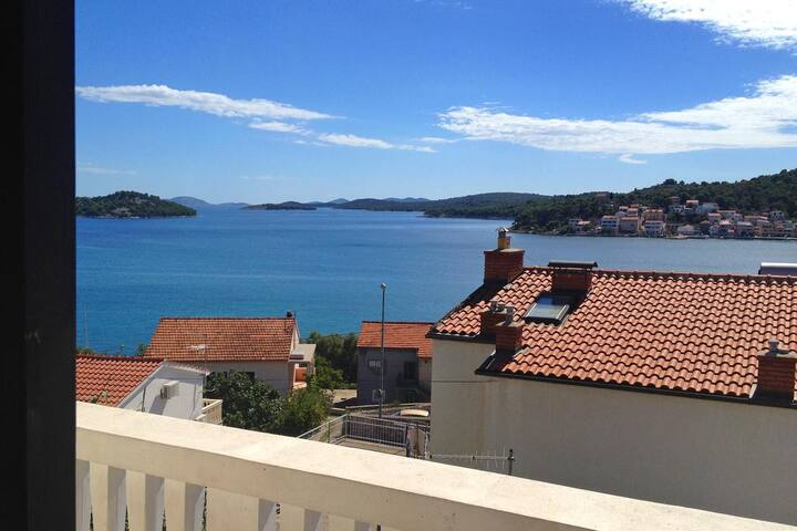 One bedroom apartment with balcony and sea view Tisno (Murter) (A-812-c)