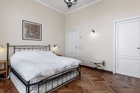 Double Room en-suite in Como town - House
