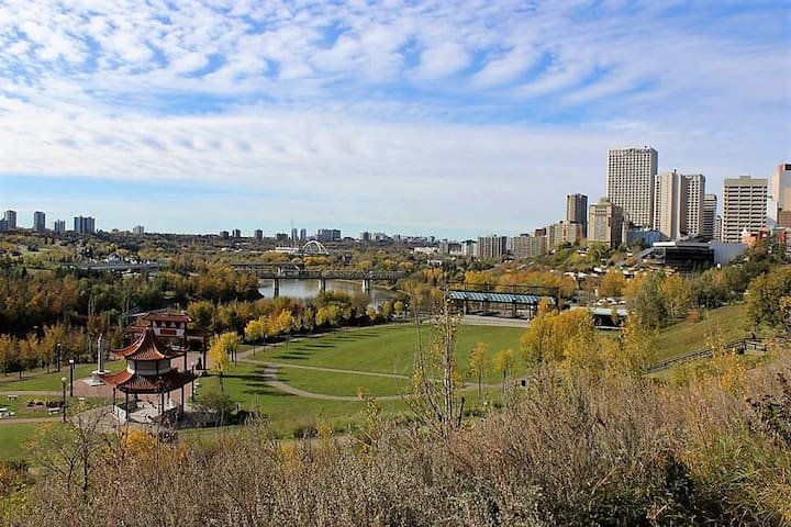 Pristine Condo with Downtown and Valley Views! - Edmonton - Daire