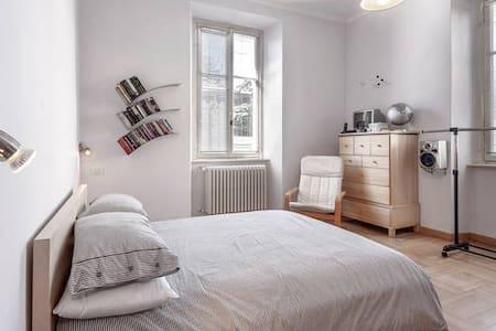 Double bedroom in Como town - Como - Haus