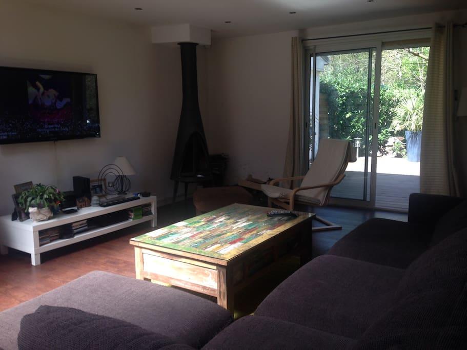 Le séjour grand canapé d'angle et cheminée