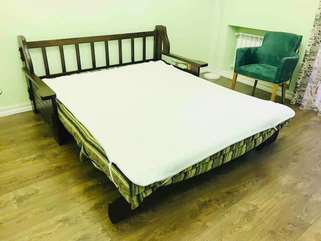 Диван легко раскладывается, превращаясь в удобную кровать.