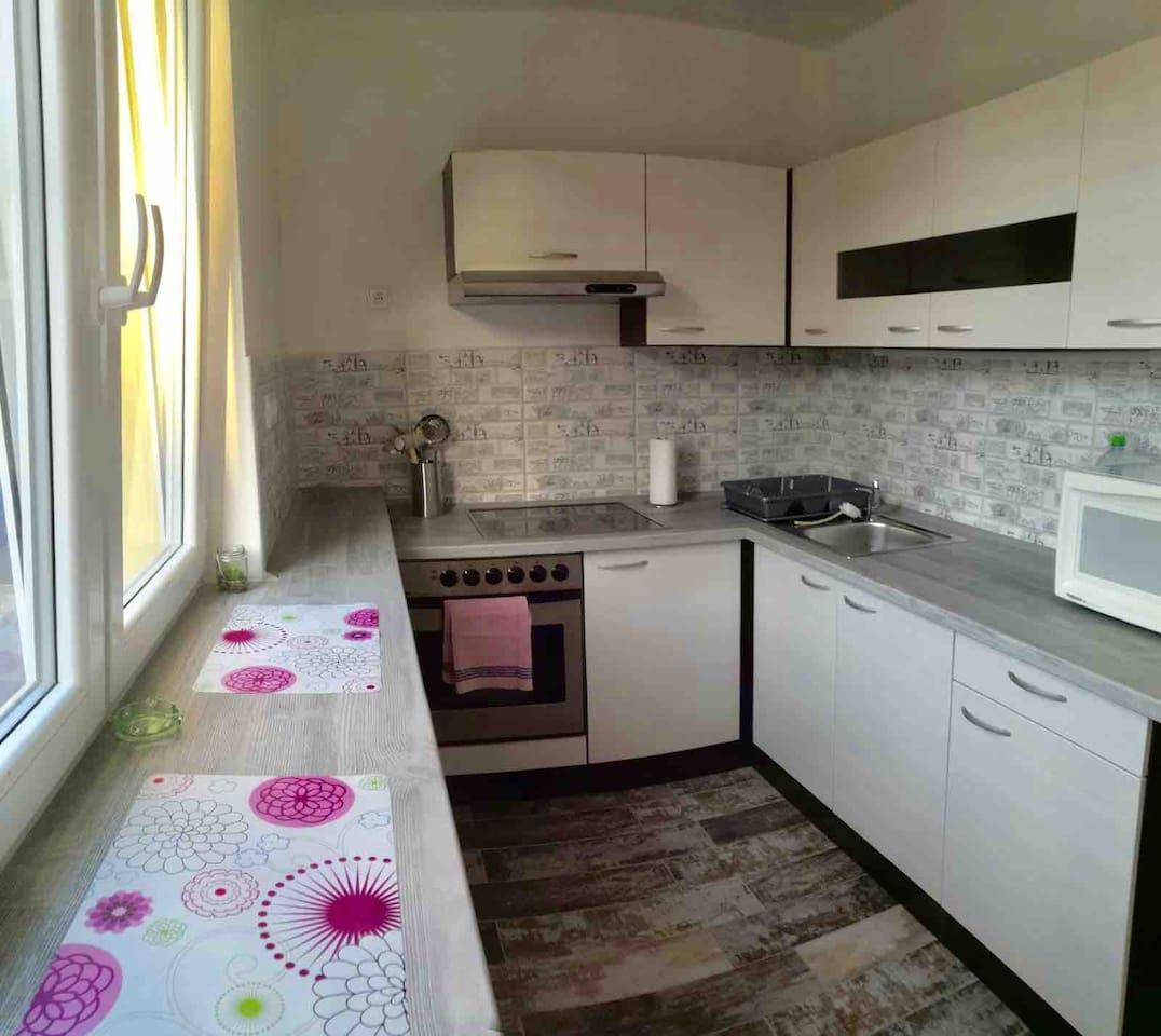 CZ: Kompletně vybavená kuchyně , připravená na Vaše kulinářské výtvory  EN: completely well-equipped kitchen, prepared for your cullinary creations