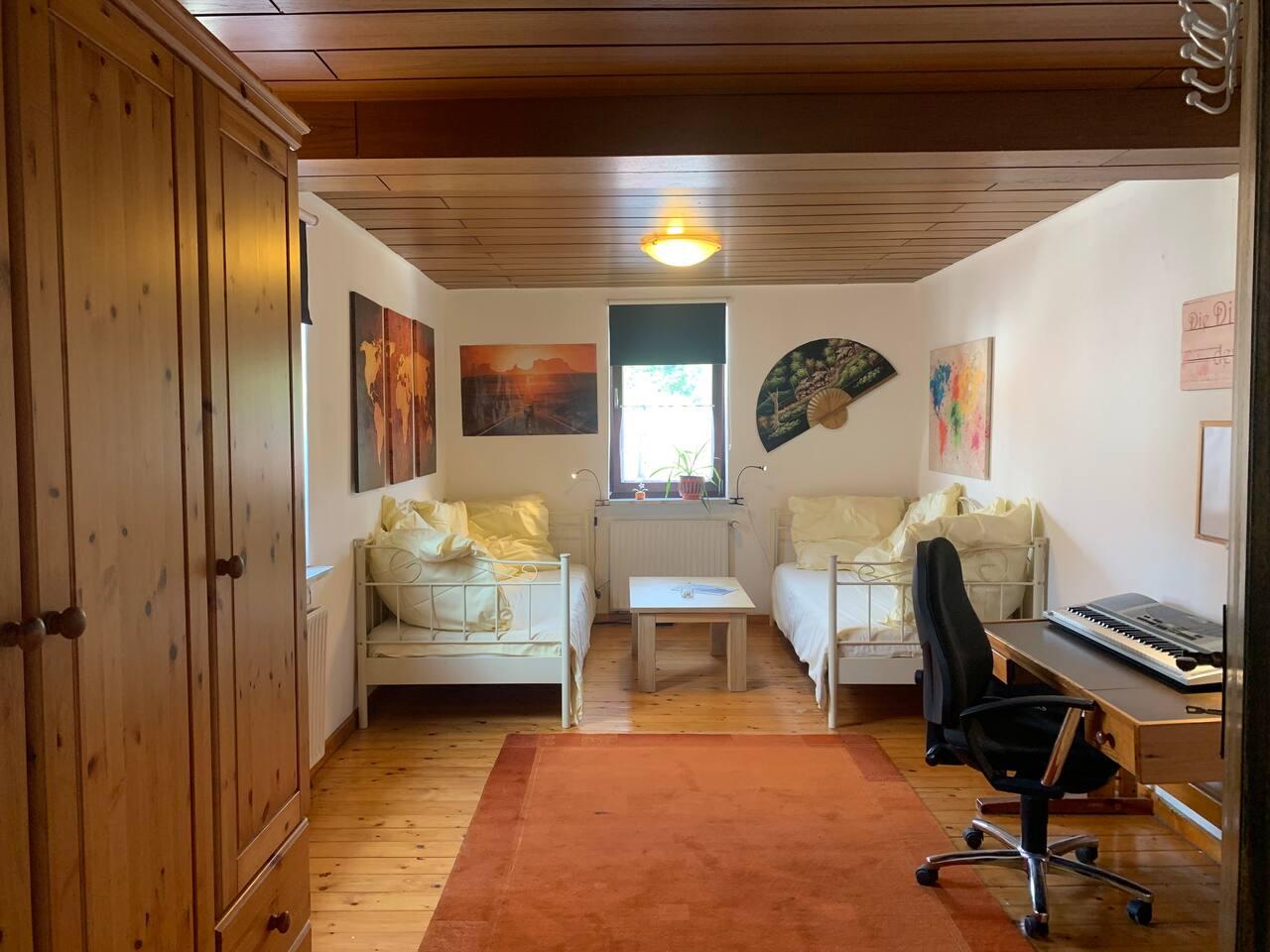 Zwei Einzelbetten, die auch als Sofa benutzt werden können.