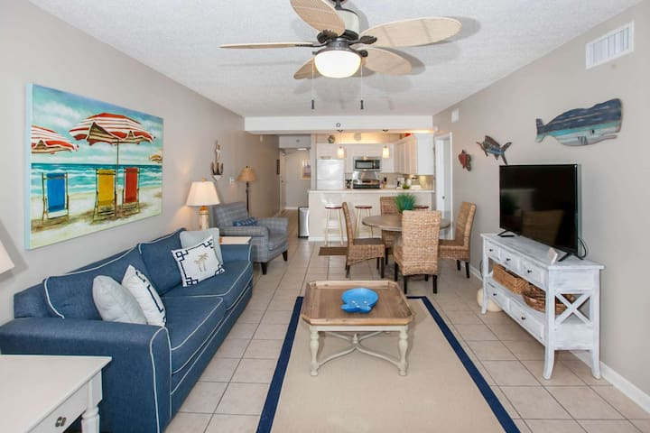 Great room w/living room, dining table for 4 and kitchen
