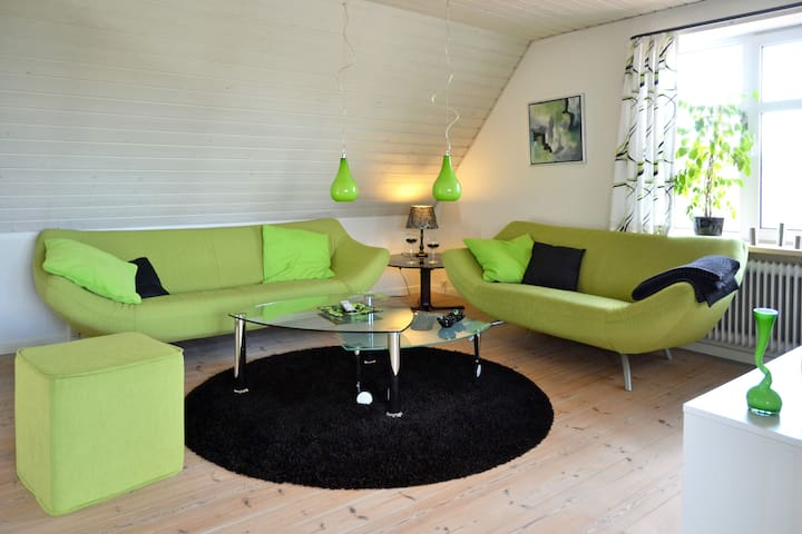 Øverst etage af hyggelig hus m/have - Brønderslev