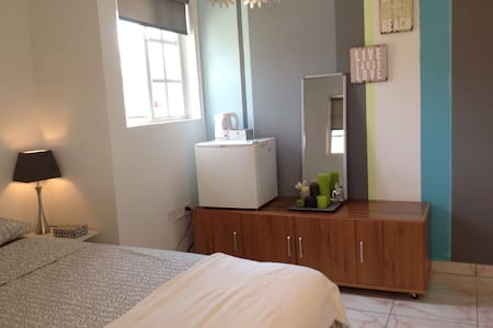 Room with private entrance & patio - Noord
