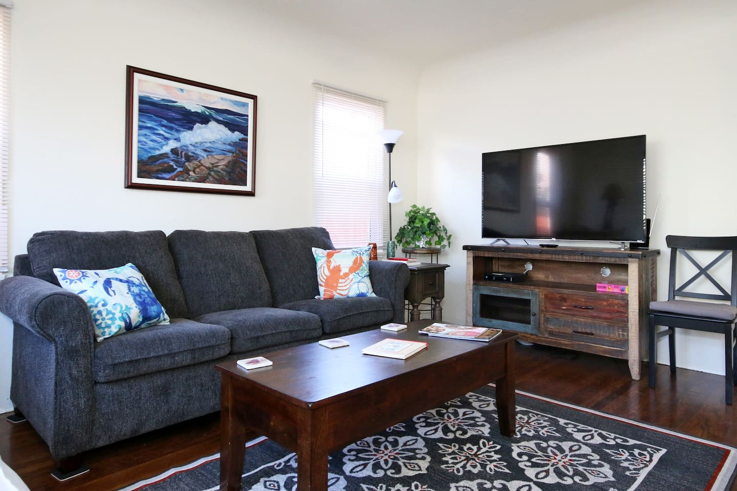Front cottage: Living Room (Queen sofa bed)