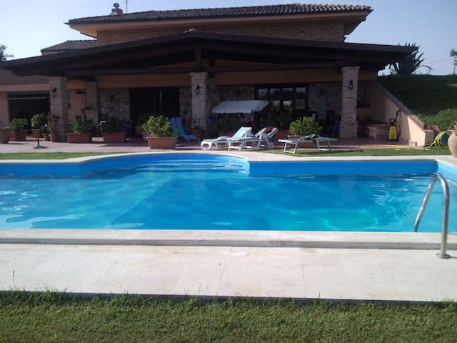 VILLAS COUNTRY BEACH CON PISCINA - Latina - Villa