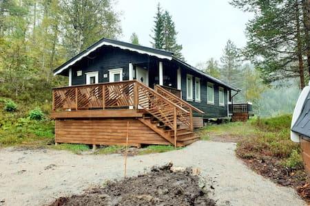 Relaxing barrelsauna& cozy cabin. Row-boat.Pets ok
