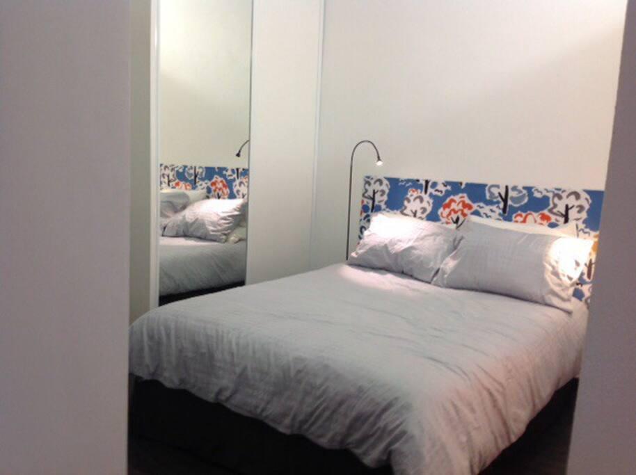 Chambre lit double penderie et salle de bain attenante