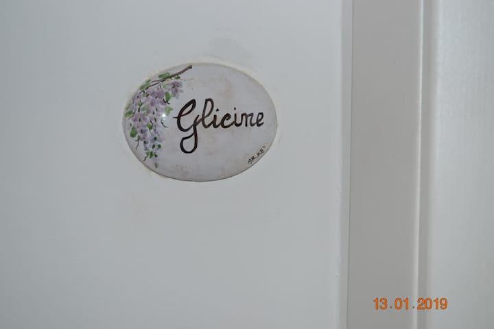 B&B Valentina's House. Camera glicine