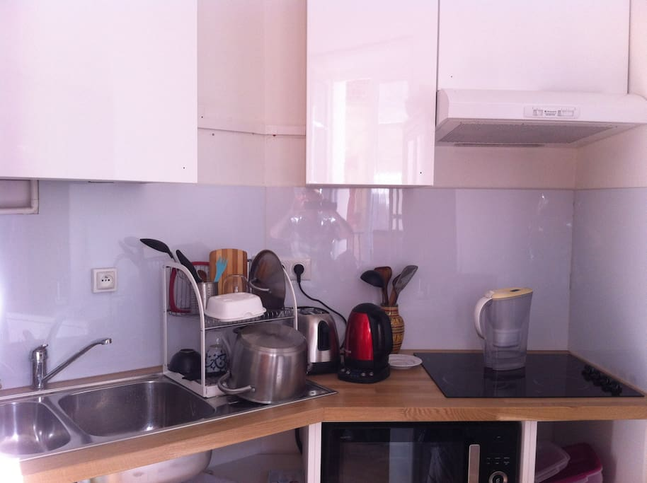 Fully equipped kitchen area, all new appliances