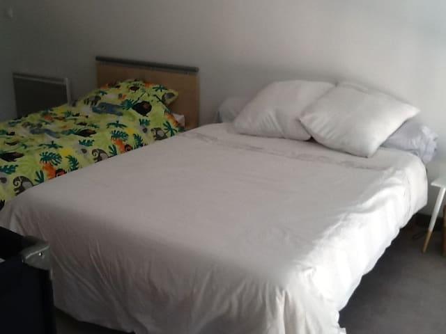 chambre à l'étage sur mezzanine, 1 lit double et 1 simple.