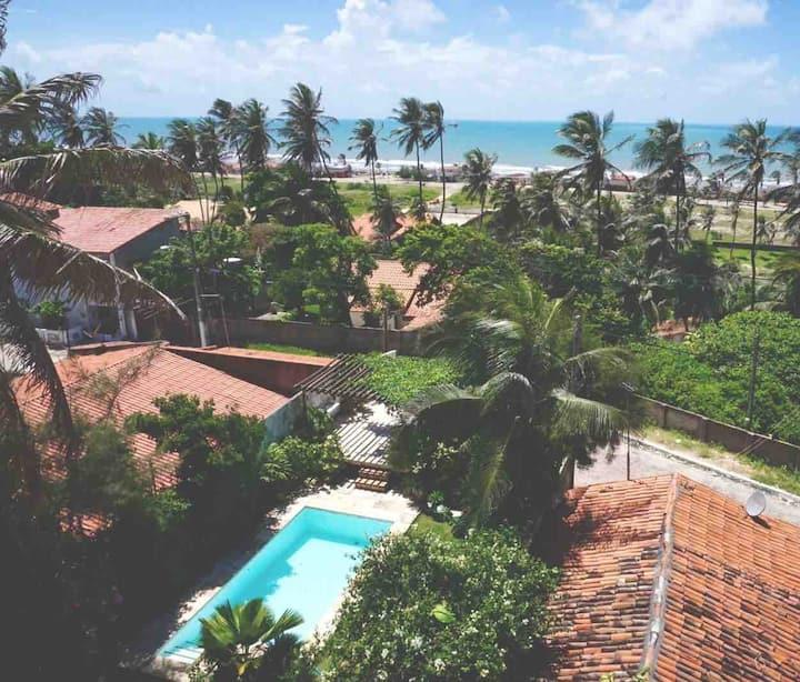 Chalé de Praia aconchegante com jardim e piscina.