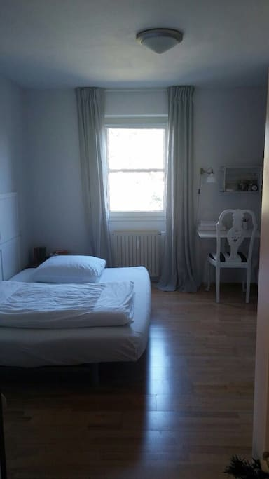 1. Zimmer ( Bett aufgeklappt)