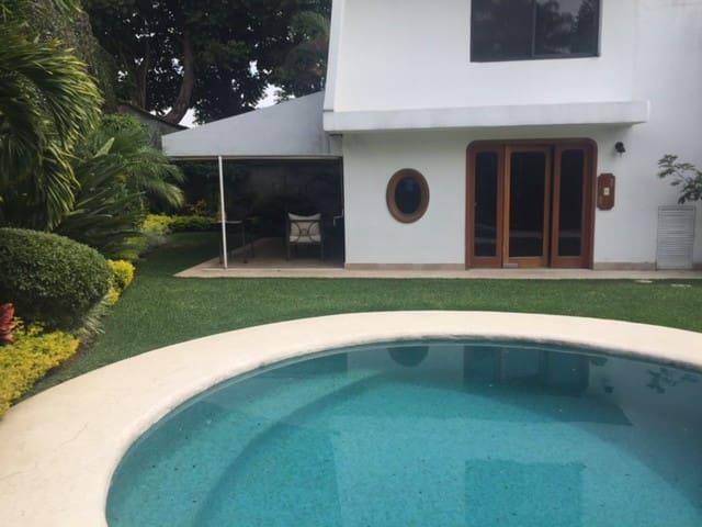 Bungalow para dos con jardín, alberca y terraza - Cuernavaca - Bungalow