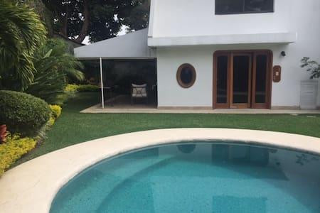 Bungalow para dos con jardín, alberca y terraza - Cuernavaca