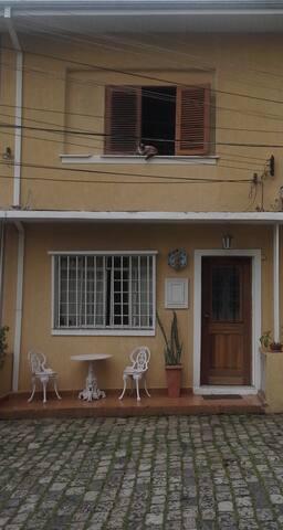 Aluguel de quarto em casa de vila.