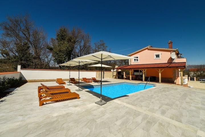 6 bedroom detached vacation house with pool Matic